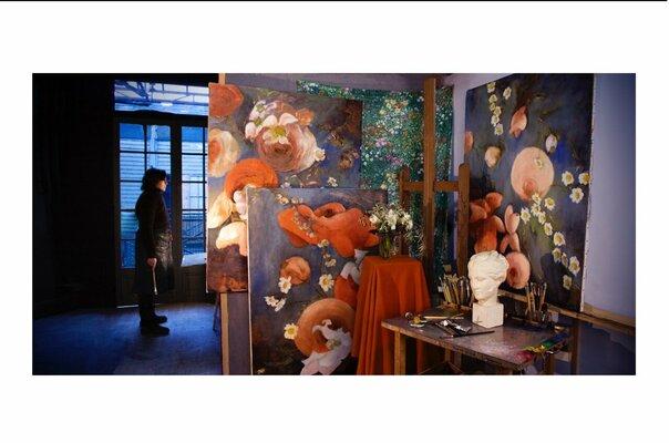 Isabelle Delannoy avec la série de Marguerites, dans son atelier